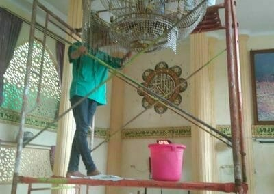 cuci-lampu-kristal-masjid-darul-irfan-06