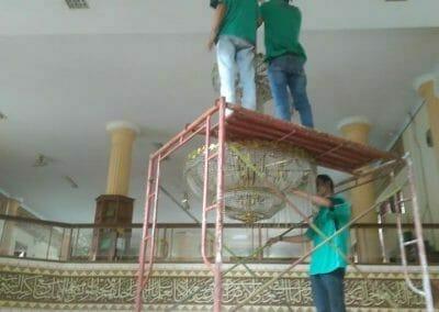 cuci-lampu-kristal-masjid-darul-irfan-07