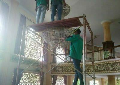 cuci-lampu-kristal-masjid-darul-irfan-08