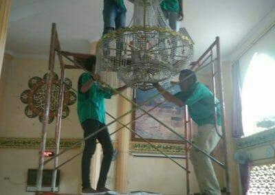 cuci-lampu-kristal-masjid-darul-irfan-09