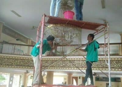 cuci-lampu-kristal-masjid-darul-irfan-10