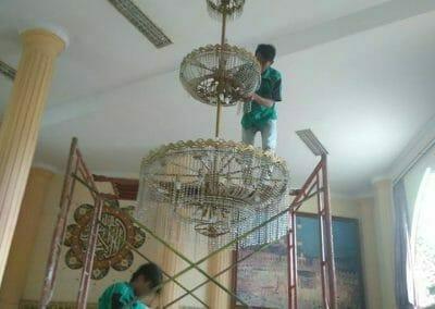 cuci-lampu-kristal-masjid-darul-irfan-11