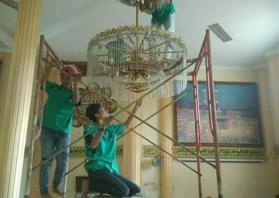 cuci-lampu-kristal-masjid-darul-irfan-15