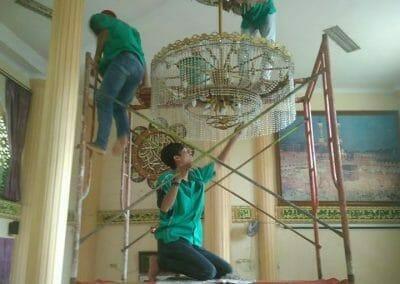 cuci-lampu-kristal-masjid-darul-irfan-16