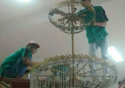 cuci-lampu-kristal-masjid-darul-irfan-17