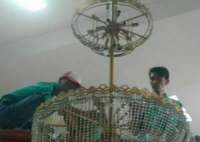 cuci-lampu-kristal-masjid-darul-irfan-18