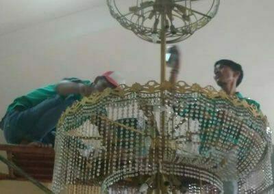 cuci-lampu-kristal-masjid-darul-irfan-19