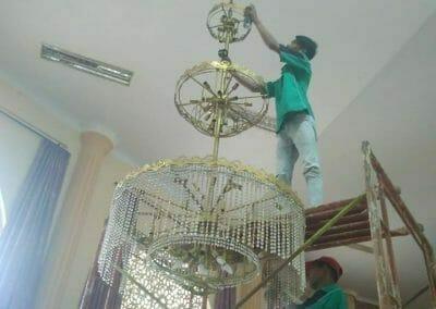 cuci-lampu-kristal-masjid-darul-irfan-25