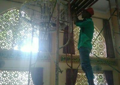 cuci-lampu-kristal-masjid-darul-irfan-26