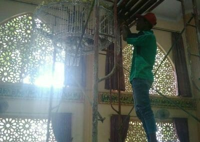 cuci-lampu-kristal-masjid-darul-irfan-28