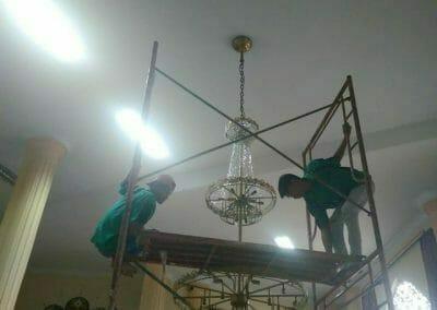 cuci-lampu-kristal-masjid-darul-irfan-29