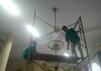 cuci-lampu-kristal-masjid-darul-irfan-30