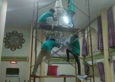 cuci-lampu-kristal-masjid-darul-irfan-33