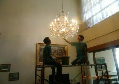 cuci-lampu-kristal-ibu-m-i-01