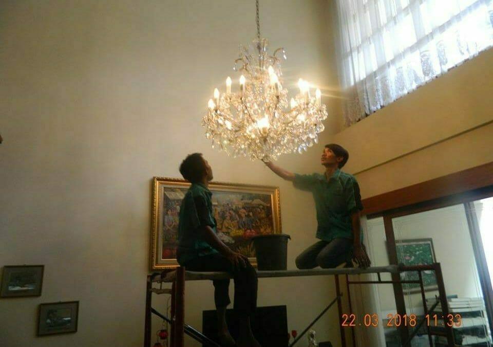 Cuci Lampu Kristal Ibu M-I Jalan Kartika Utama Pondok Indah