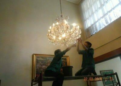 cuci-lampu-kristal-ibu-m-i-02