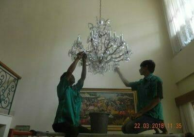 cuci-lampu-kristal-ibu-m-i-04