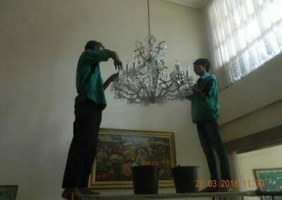 cuci-lampu-kristal-ibu-m-i-07