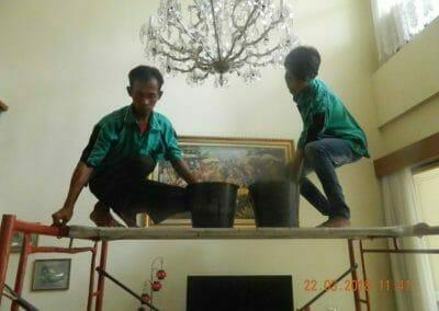 cuci-lampu-kristal-ibu-m-i-09