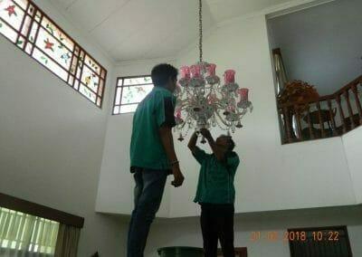 cuci-lampu-kristal-ibu-s-s-12