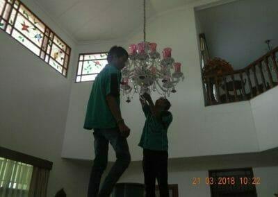 cuci-lampu-kristal-ibu-s-s-13