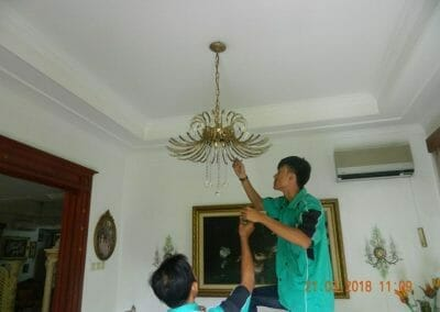cuci-lampu-kristal-ibu-s-s-37
