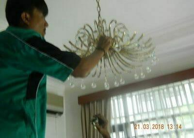 cuci-lampu-kristal-ibu-s-s-46