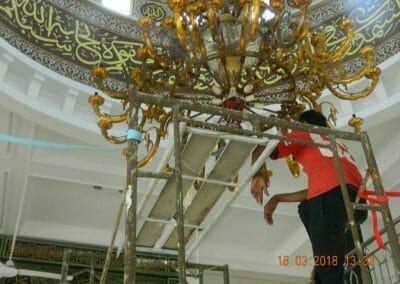 cuci-lampu-kristal-masjid-at-taqwa-02