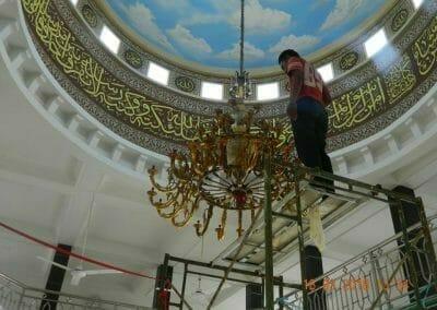 cuci-lampu-kristal-masjid-at-taqwa-12