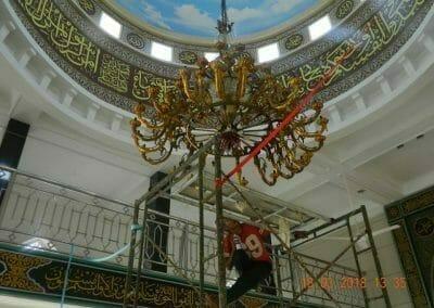 cuci-lampu-kristal-masjid-at-taqwa-13