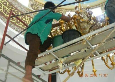 cuci-lampu-kristal-masjid-at-taqwa-26