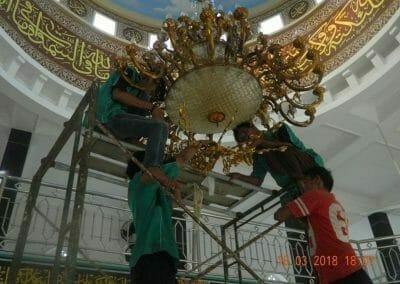 cuci-lampu-kristal-masjid-at-taqwa-29