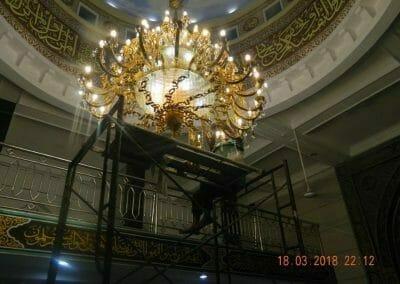 cuci-lampu-kristal-masjid-at-taqwa-36
