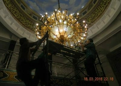cuci-lampu-kristal-masjid-at-taqwa-38