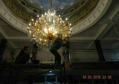 cuci-lampu-kristal-masjid-at-taqwa-40