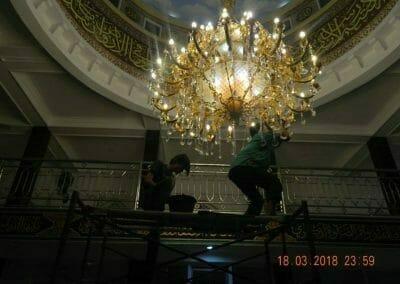 cuci-lampu-kristal-masjid-at-taqwa-44