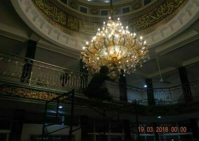 cuci-lampu-kristal-masjid-at-taqwa-47