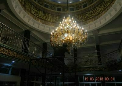 cuci-lampu-kristal-masjid-at-taqwa-48