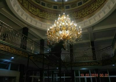 cuci-lampu-kristal-masjid-at-taqwa-49