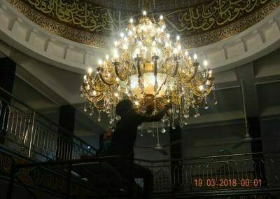 cuci-lampu-kristal-masjid-at-taqwa-50