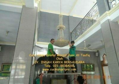 cuci-lampu-kristal-masjid-jami-at-taufiq-05
