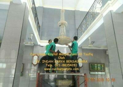 cuci-lampu-kristal-masjid-jami-at-taufiq-06
