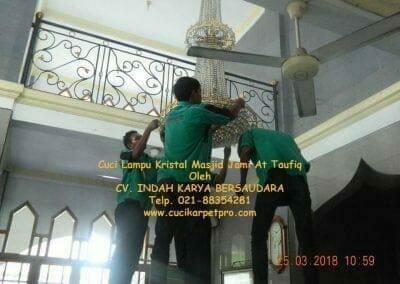 cuci-lampu-kristal-masjid-jami-at-taufiq-07