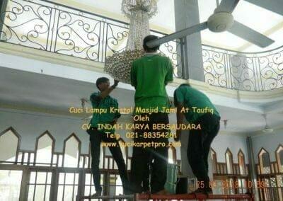 cuci-lampu-kristal-masjid-jami-at-taufiq-08