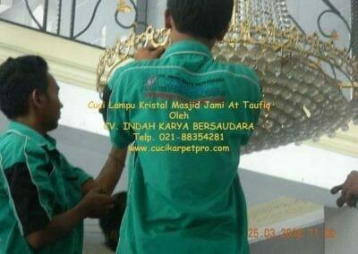 cuci-lampu-kristal-masjid-jami-at-taufiq-09