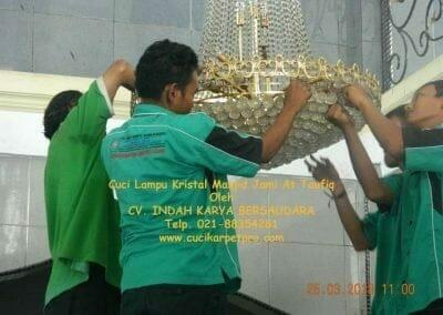 cuci-lampu-kristal-masjid-jami-at-taufiq-10
