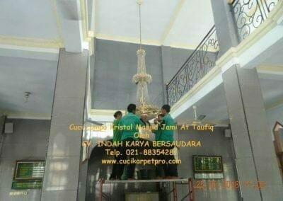 cuci-lampu-kristal-masjid-jami-at-taufiq-11