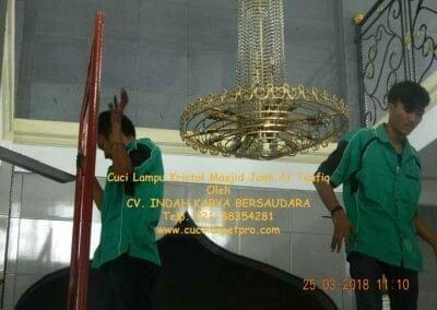cuci-lampu-kristal-masjid-jami-at-taufiq-12