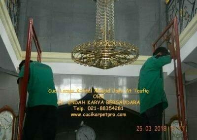 cuci-lampu-kristal-masjid-jami-at-taufiq-13
