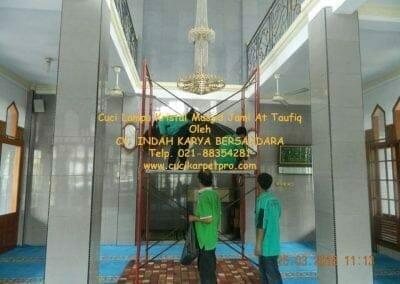cuci-lampu-kristal-masjid-jami-at-taufiq-14